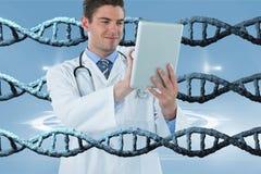 Hombre feliz del doctor que usa una tableta con los filamentos de la DNA 3D Imagen de archivo