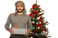 Hombre feliz del invierno con el regalo Imagen de archivo libre de regalías