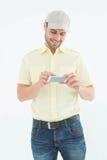 Hombre feliz del mensajero que usa el teléfono móvil Imagen de archivo libre de regalías