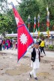 Hombre feliz del Nepali con una bandera grande del Nepali Fotos de archivo libres de regalías
