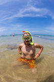 Hombre feliz del salto en una máscara y un tubo respirador de la natación Foto de archivo libre de regalías
