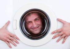 Hombre feliz dentro de la lavadora Foto de archivo