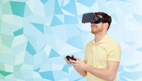 Hombre feliz en auriculares de la realidad virtual con el gamepad Foto de archivo libre de regalías