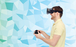 Hombre feliz en auriculares de la realidad virtual con el gamepad Fotografía de archivo
