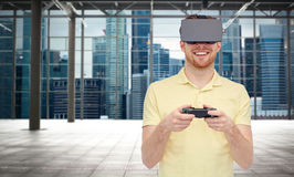Hombre feliz en auriculares de la realidad virtual con el gamepad Fotos de archivo libres de regalías