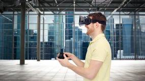 Hombre feliz en auriculares de la realidad virtual con el gamepad Imágenes de archivo libres de regalías