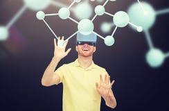 Hombre feliz en auriculares de la realidad virtual o los vidrios 3d Imágenes de archivo libres de regalías