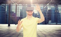 Hombre feliz en auriculares de la realidad virtual o los vidrios 3d Foto de archivo libre de regalías