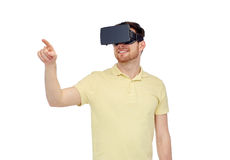 Hombre feliz en auriculares de la realidad virtual o los vidrios 3d Foto de archivo