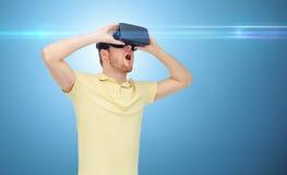 Hombre feliz en auriculares de la realidad virtual o los vidrios 3d Imagen de archivo