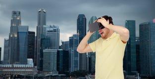Hombre feliz en auriculares de la realidad virtual o los vidrios 3d Imagen de archivo libre de regalías