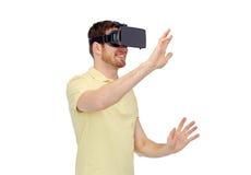 Hombre feliz en auriculares de la realidad virtual o los vidrios 3d Fotografía de archivo libre de regalías