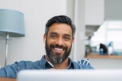 Hombre feliz en casa foto de archivo libre de regalías