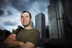 Hombre feliz en ciudad imagen de archivo libre de regalías