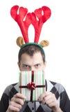 Hombre feliz en claxones de los alces de la fiesta de Navidad Imagenes de archivo