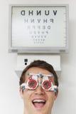 Hombre feliz en el optometrista Having Sight Test Imagenes de archivo