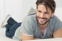 Hombre feliz en el sofá imagen de archivo libre de regalías