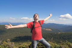 Hombre feliz en la montaña Fotografía de archivo