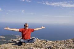 Hombre feliz en la montaña Foto de archivo libre de regalías
