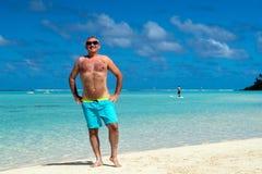 Hombre feliz en la playa polinesia tropical fotografía de archivo libre de regalías