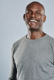 Hombre feliz en la risa gris de la camisa Foto de archivo