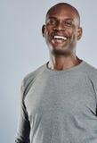 Hombre feliz en la risa gris de la camisa Imagen de archivo libre de regalías