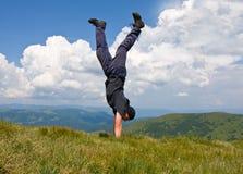 Hombre feliz en montañas imagen de archivo libre de regalías