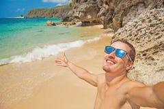 Hombre feliz en una playa imágenes de archivo libres de regalías