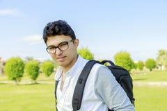 Hombre feliz joven al aire libre con el bolso de la mochila Fotografía de archivo libre de regalías