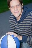 Hombre feliz joven con baloncesto Imagenes de archivo
