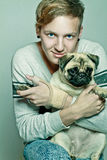 Hombre feliz joven con el perro. Fotos de archivo libres de regalías