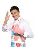 Hombre feliz joven del cocinero en la sonrisa del delantal fotografía de archivo
