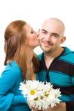 Hombre feliz joven en negrilla del beso de la mujer Foto de archivo