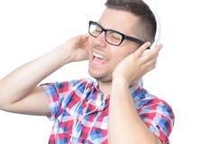 Hombre feliz joven que escucha la música Fotos de archivo libres de regalías