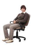 Hombre feliz joven que se sienta en una silla de rueda. Imagenes de archivo