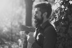 Hombre feliz Maderero masculino en bosque Imagen de archivo libre de regalías
