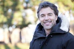 Hombre feliz maduro hermoso que sonríe en la cámara imágenes de archivo libres de regalías