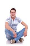 Hombre feliz ocasional joven asentado Imágenes de archivo libres de regalías
