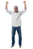 Hombre feliz que celebra su éxito Foto de archivo