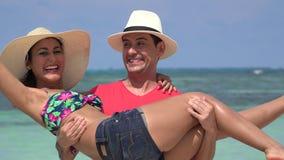 Hombre feliz que coge a la mujer el vacaciones almacen de metraje de vídeo
