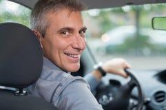 Hombre feliz que conduce el coche Imagenes de archivo