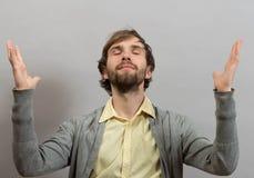 Hombre feliz que da gracias a dios que aumenta sus manos Imagenes de archivo