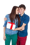 Hombre feliz que da un regalo a su novia Pares hermosos jovenes felices aislados en un fondo blanco Imagen de archivo