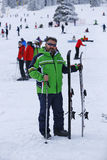 Hombre feliz que goza en nieve Fotografía de archivo