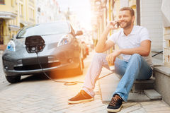 Hombre feliz que habla con su novia en el teléfono Fotos de archivo libres de regalías
