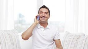 Hombre feliz que invita a smartphone en casa metrajes