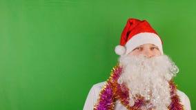 Hombre feliz que lleva el casquillo de Papá Noel con la barba blanca, el Año Nuevo 2019 y la Navidad, en llave verde de la croma almacen de metraje de vídeo