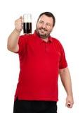 Hombre feliz que mira fijamente una taza de cerveza oscura Imágenes de archivo libres de regalías