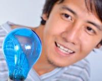 Hombre feliz que mira una luz imágenes de archivo libres de regalías