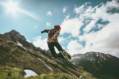 Hombre feliz que salta en viaje de la forma de vida del paisaje de las montañas imágenes de archivo libres de regalías